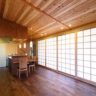 他の地域のアジアンスタイルのおしゃれなLDK (ベージュの壁、濃色無垢フローリング、茶色い床) の写真