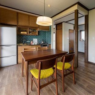 他の地域の小さいアジアンスタイルのおしゃれなダイニングキッチン (濃色無垢フローリング、茶色い床、ベージュの壁) の写真