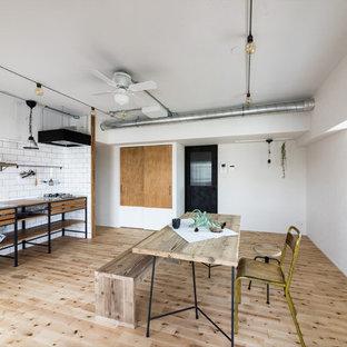 名古屋のインダストリアルスタイルのダイニングの画像 (白い壁、淡色無垢フローリング、ベージュの床)
