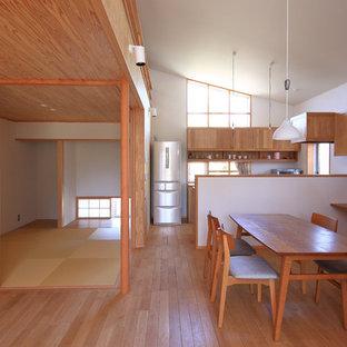 名古屋の和風のおしゃれなLDK (白い壁、無垢フローリング、茶色い床) の写真