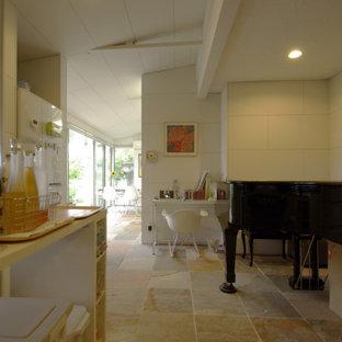 Idéer för en liten modern matplats med öppen planlösning, med vita väggar, marmorgolv, en spiselkrans i sten och beiget golv