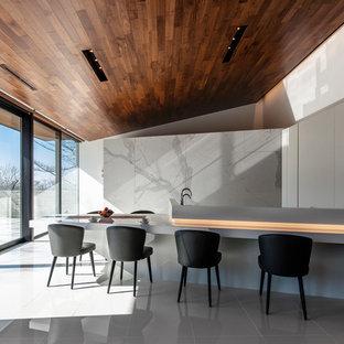 コンテンポラリースタイルのおしゃれなLDK (白い壁、横長型暖炉、白い床) の写真