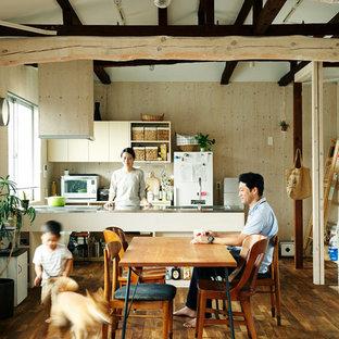 東京23区のインダストリアルスタイルのおしゃれなLDK (ベージュの壁、無垢フローリング、茶色い床) の写真