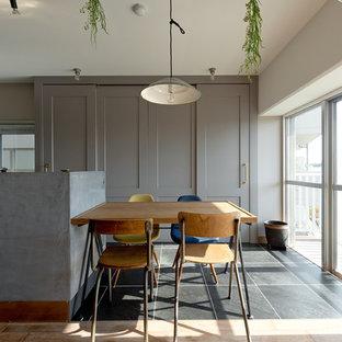 大阪のミッドセンチュリースタイルのおしゃれなLDK (白い壁、無垢フローリング、暖炉なし) の写真