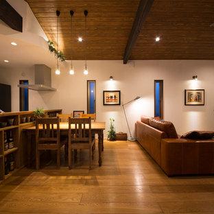 他の地域のアジアンスタイルのおしゃれなLDK (白い壁、無垢フローリング、茶色い床) の写真