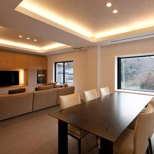 Esempio di una grande sala da pranzo aperta verso il soggiorno minimalista con pavimento con piastrelle in ceramica, pavimento grigio e pareti bianche
