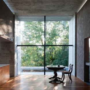 他の地域のコンテンポラリースタイルのおしゃれなダイニング (グレーの壁、無垢フローリング、茶色い床) の写真