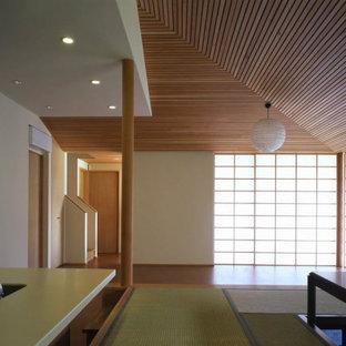 Inspiration för ett mellanstort vintage kök med matplats, med vita väggar, tatamigolv och beiget golv