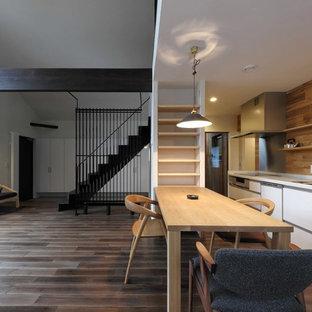 他の地域のコンテンポラリースタイルのおしゃれなLDK (白い壁、濃色無垢フローリング、茶色い床) の写真