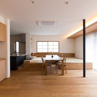Imagen de comedor moderno, abierto, sin chimenea, con paredes blancas y tatami