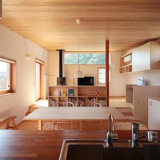 他の地域のアジアンスタイルのおしゃれなLDK (白い壁、淡色無垢フローリング、茶色い床) の写真