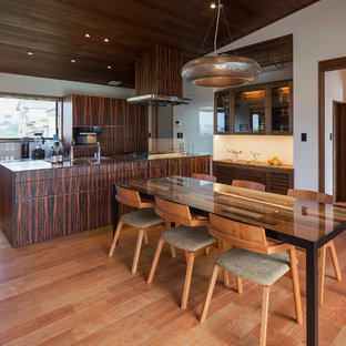 他の地域, のアジアンスタイルのおしゃれなダイニングキッチン (白い壁、無垢フローリング、茶色い床) の写真