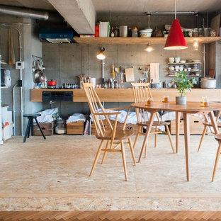 Modelo de comedor de cocina industrial con paredes grises y suelo de contrachapado
