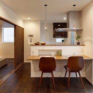 街中で開放感に暮らす、3階建ての二世帯住宅