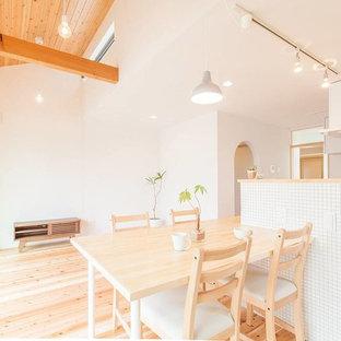 他の地域の小さいモダンスタイルのおしゃれなLDK (白い壁、淡色無垢フローリング、ベージュの床) の写真