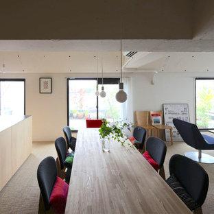 東京23区のコンテンポラリースタイルのLDKの画像 (白い壁、カーペット敷き、暖炉なし)