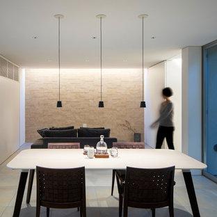 大阪の中サイズのモダンスタイルのおしゃれなLDK (茶色い壁、磁器タイルの床、暖炉なし、グレーの床) の写真