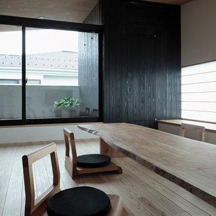 東京23区のアジアンスタイルのおしゃれなダイニング (淡色無垢フローリング、ベージュの床) の写真