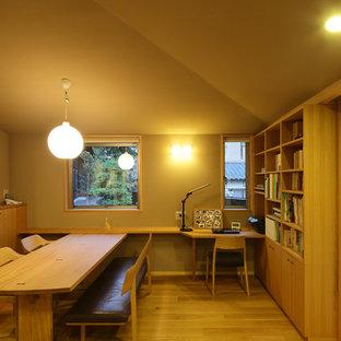 На фото: гостиная-столовая в восточном стиле с бежевыми стенами и светлым паркетным полом