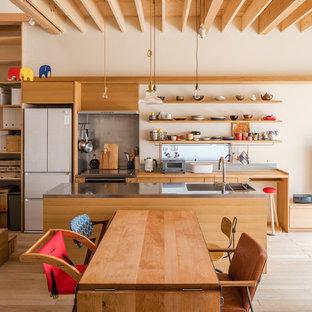 Ejemplo de comedor de cocina asiático con paredes blancas, suelo de madera clara y suelo beige