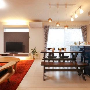 Foto di una sala da pranzo aperta verso il soggiorno moderna con pareti bianche, pavimento in compensato e pavimento bianco
