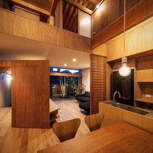 大阪の中サイズのアジアンスタイルのおしゃれなLDK (茶色い壁、無垢フローリング、茶色い床) の写真
