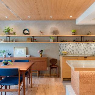 東京都下のアジアンスタイルのLDKの画像 (淡色無垢フローリング、ベージュの床、マルチカラーの壁)