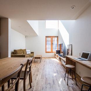 京都のカントリー風おしゃれなLDK (白い壁、無垢フローリング、茶色い床) の写真