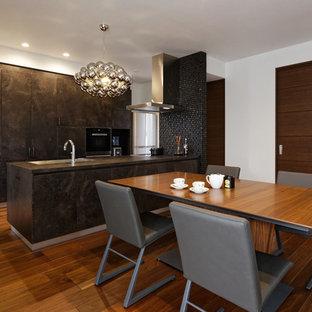 モダンスタイルのおしゃれなLDK (白い壁、無垢フローリング、茶色い床) の写真