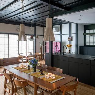 東京23区の和風のおしゃれなLDK (無垢フローリング、茶色い床) の写真