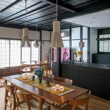 鎌倉のセカンドハウス 背景になるまっ黒いキッチン