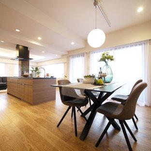 Неиссякаемый источник вдохновения для домашнего уюта: гостиная-столовая в стиле модернизм с белыми стенами, полом из фанеры, бежевым полом, потолком с обоями и обоями на стенах