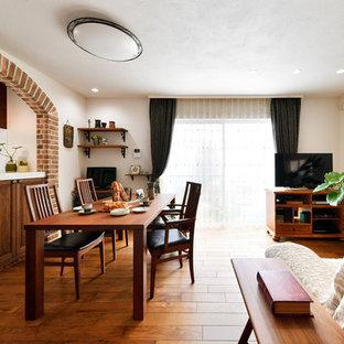 他の地域の地中海スタイルのおしゃれなLDK (白い壁、無垢フローリング、茶色い床) の写真