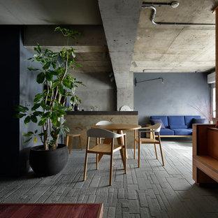 東京23区のインダストリアルスタイルのおしゃれなLDK (グレーの壁、セラミックタイルの床、暖炉なし、グレーの床) の写真