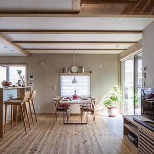 他の地域のアジアンスタイルのおしゃれなLDK (ベージュの壁、淡色無垢フローリング、ベージュの床) の写真