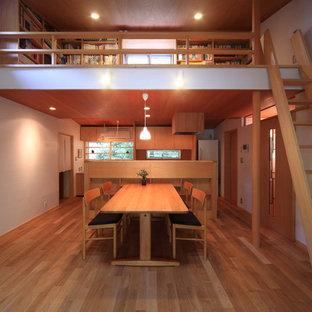 名古屋の小さい和風のおしゃれなLDK (白い壁、無垢フローリング、茶色い床、板張り天井) の写真