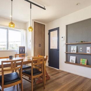 Immagine di una sala da pranzo aperta verso il soggiorno industriale di medie dimensioni con pareti bianche, pavimento in legno massello medio, pavimento marrone, soffitto in carta da parati e carta da parati