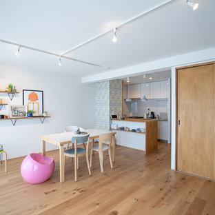 大阪の小さい北欧スタイルのおしゃれなLDK (白い壁、無垢フローリング、茶色い床) の写真