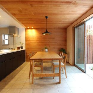大阪のアジアンスタイルのおしゃれなLDK (セラミックタイルの床、暖炉なし、茶色い壁、グレーの床) の写真