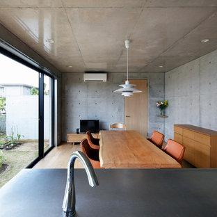 他の地域のモダンスタイルのおしゃれなLDK (グレーの壁、淡色無垢フローリング、茶色い床) の写真
