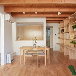 横浜のアジアンスタイルのおしゃれなLDK (白い壁、無垢フローリング、茶色い床) の写真