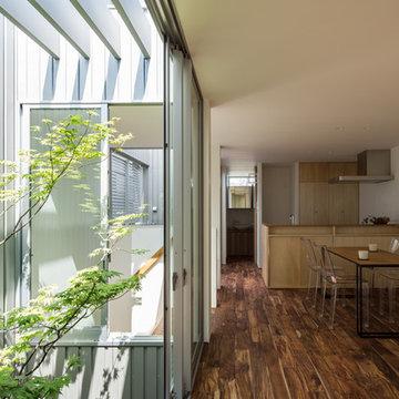 鳳の家 光も風も入るシルバーの壁 House in Otori
