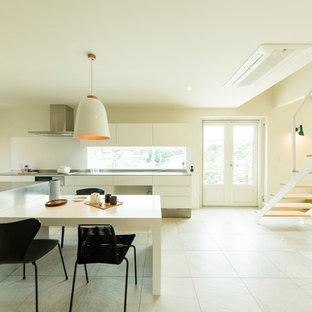 福岡の北欧スタイルのおしゃれなLDK (白い壁、白い床) の写真