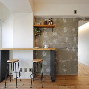 東京23区の中サイズのインダストリアルスタイルのおしゃれなダイニングキッチン (マルチカラーの壁、淡色無垢フローリング、暖炉なし、茶色い床) の写真