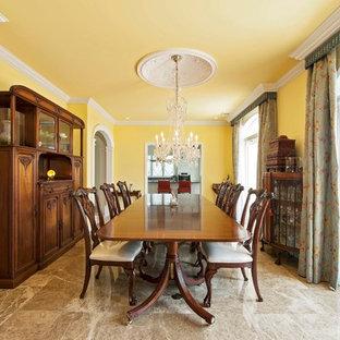 Diseño de comedor mediterráneo, cerrado, con paredes amarillas, suelo de mármol y suelo marrón