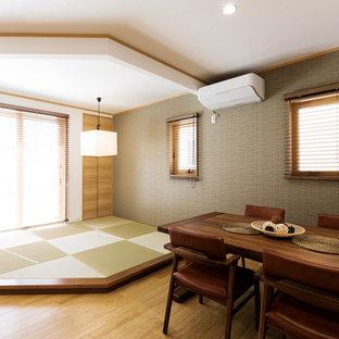 Exemple d'une salle à manger tendance avec un mur gris, un sol de tatami et un sol vert.