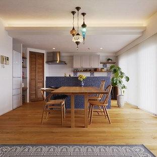 地中海スタイルのおしゃれなLDK (白い壁、無垢フローリング、茶色い床) の写真