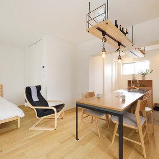 東京23区の小さいアジアンスタイルのおしゃれなLDK (白い壁、淡色無垢フローリング、ベージュの床) の写真