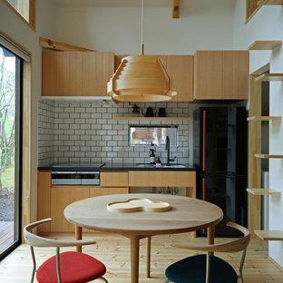 アジアンスタイルのおしゃれなダイニングキッチン (白い壁、淡色無垢フローリング、ベージュの床) の写真