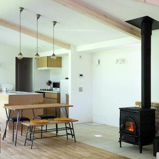 モダンスタイルのおしゃれなLDK (白い壁、薪ストーブ、レンガの暖炉まわり、マルチカラーの床) の写真